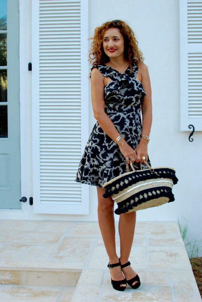 itsbanana platform black shoes straw tote chic beach style flirty feminine style black and cream outfit petite blogger curls rosemary beach resort style houston fashion blogger