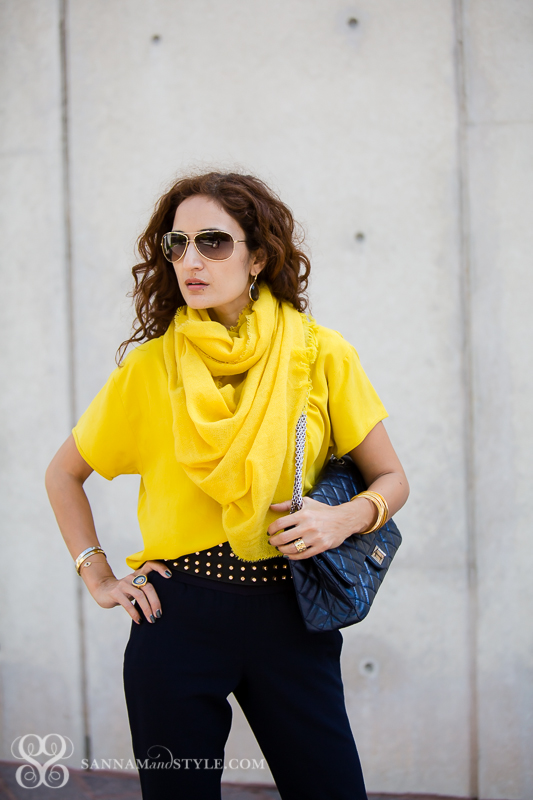 chic casual style how to use a pop of color as a scarf fun ways to style a scarf chanel bag ippolita bangles gurhan ring