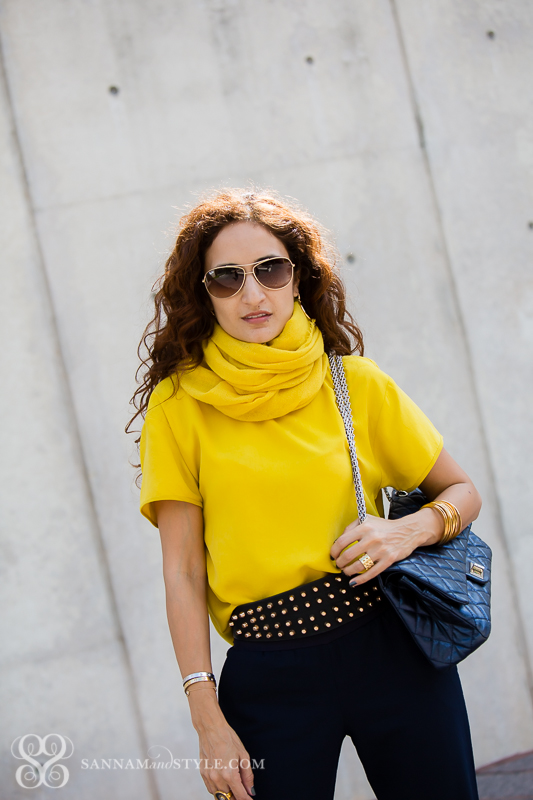 mustard and blue outfit how to wear mustard jogger pants petite blogger chanel bag casual chic curly hair