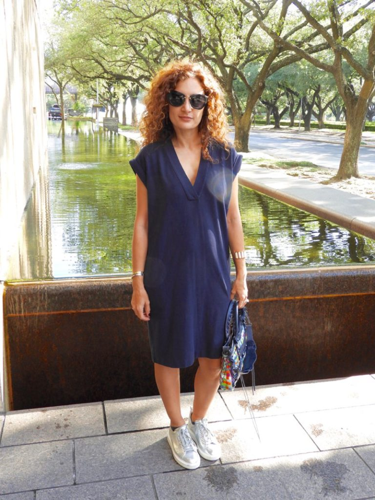 atm dress comfy style casual chic what to wear when traveling atm navy dress petite blogger chic style fashion trends summer looks curly hair